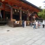 ζευγάρι νεόνυμφων ντυμένοι παραδοσιακά προσεύχονται