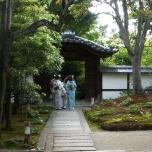 παρέα κοριτσιών πηγαίνοντας σε shrine